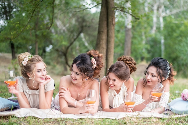 Odessa.ukraine.05.08.2018 as amigas e a noiva comemoram o partido de galinha antes do casamento.