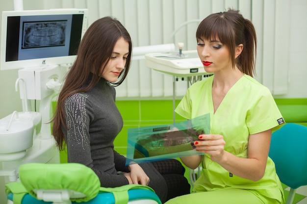 Odontólogo, em, consultório odontológico, conversa, com, femininas, paciente, e, preparar, para, tratamento