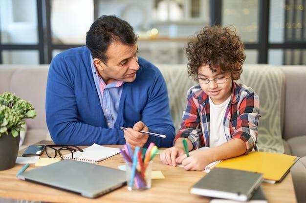 Ofereça ao seu filho o pai latino de meia-idade mais carinhoso, verificando a lição de casa, ajudando-o