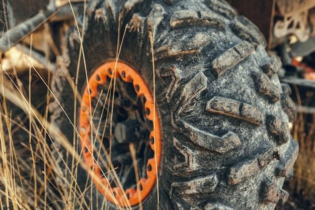 Off-road atv carro closeup detalhe grande pneu