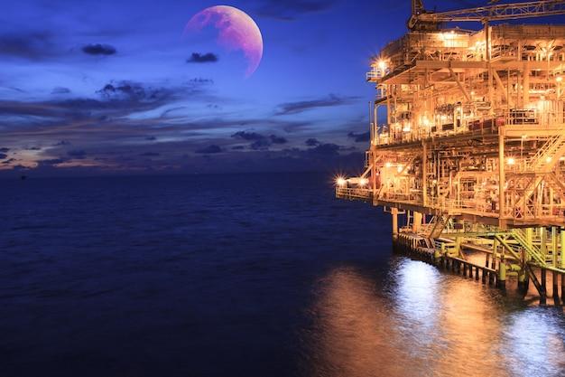 Offshore, o pôr do sol indústria de produção de petróleo e gás oleoduto de petróleo fundo super blue blood moon