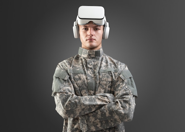 Oficial militar com maquete de fone de ouvido de rv