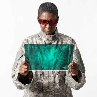 Oficial militar usando tecnologia do exército de tablet transparente