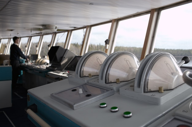 Oficial navegacional que conduz o navio no rio.