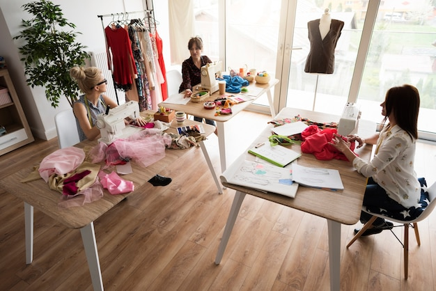 Oficina aconchegante de designers de moda
