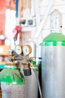 Oficina com garrafa de gás do soldador