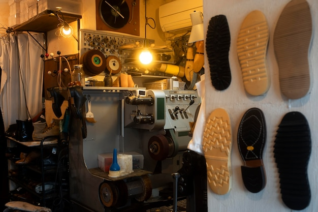 Oficina de calçados com peças