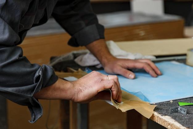 Oficina de carpintaria com máquinas, ferramentas, dispositivos para processamento de produtos de madeira.