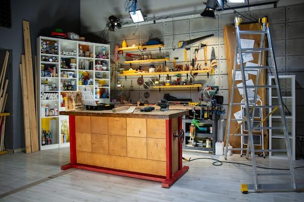 Oficina de carpintaria equipada com as ferramentas necessárias