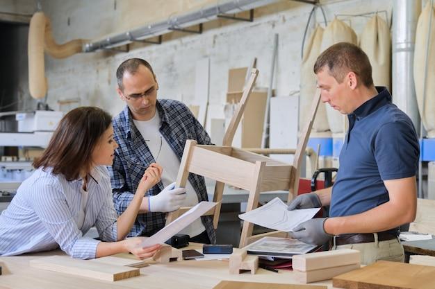 Oficina de carpintaria industrial, grupo de trabalhadores
