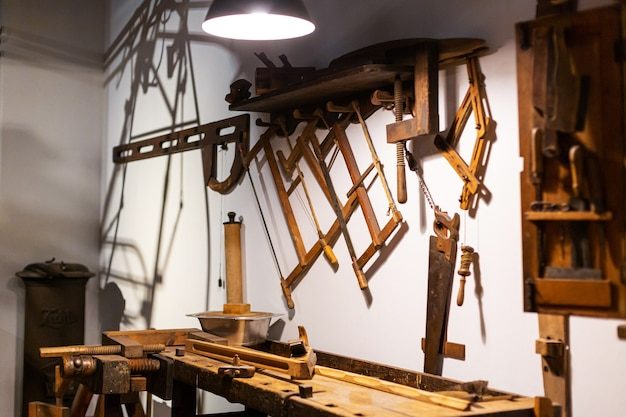 Oficina de carpinteiro. ferramentas de marcenaria close up a