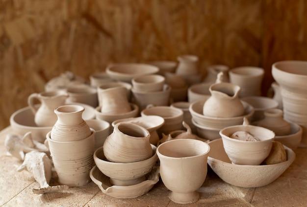 Oficina de cerâmica dentro de casa com fundo desfocado