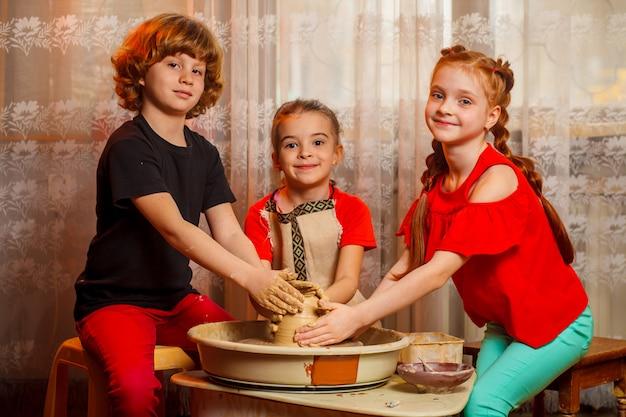 Oficina de cerâmica para crianças. oficina, master class.