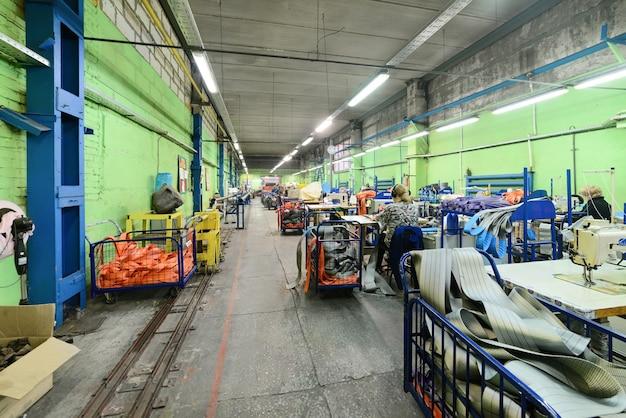 Oficina de costura para produção de tiras de nylon.