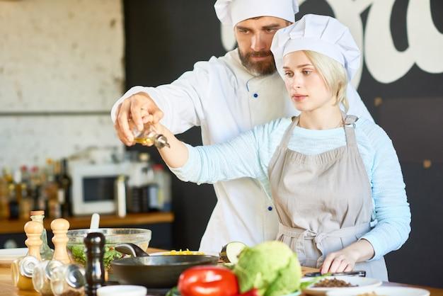 Oficina de culinária com chef altamente profissional