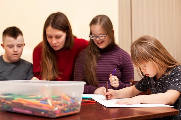 Oficina de desenho com crianças com síndrome de down