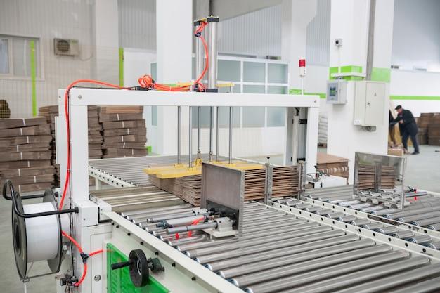 Oficina de fábrica para a produção de papelão para embalagens