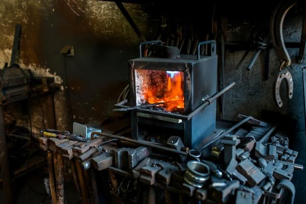 Oficina de ferreiro com fogo.