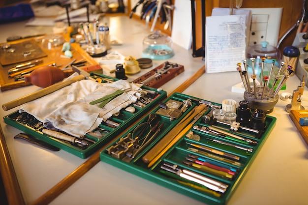 Oficina de horologistas com relógio que repara ferramentas, equipamentos e máquinas