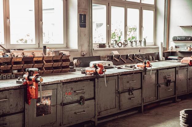 Oficina de reparo de máquinas na indústria de tecnologia. máquinas-ferramentas