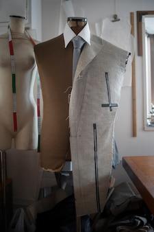 Oficina de roupas com material