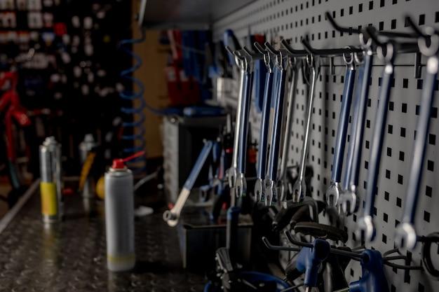 Oficina do reparador, imagem discreta do close-up. local de trabalho bem organizado de um mecânico, fileiras de chaves inglesas e outras ferramentas