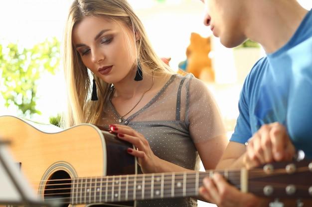 Oficina masculina de músicos para uma namorada atraente