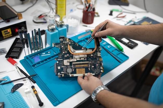 Oficina ou serviço profissional de conserto de computadores e tablets. close-up shot. conceito de eletrônica.