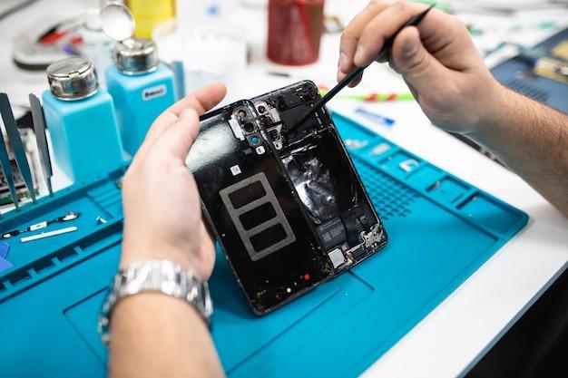 Oficina ou serviço profissional de conserto de telefones inteligentes. close-up shot. conceito de eletrônica.