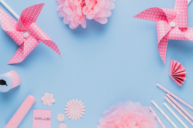 Ofício de arte-de-rosa origami e equipamentos dispostos em moldura circular em fundo azul