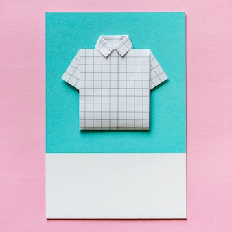 Ofício de papel de origami de camisa dobrada