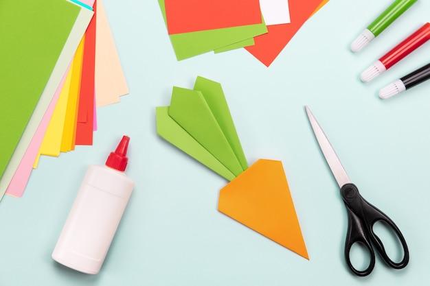Ofício de papel flatlay. conceito de origami. marcador de cenoura