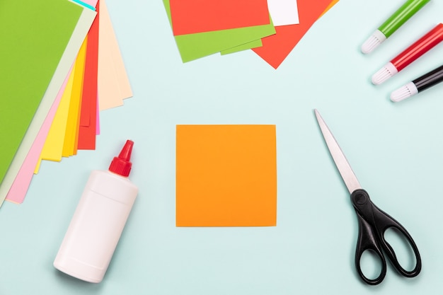 Ofício de papel flatlay. conceito de origami