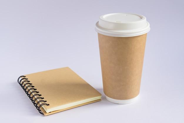 Ofício de papel xícara de café e caderno diário com espaço de cópia no estilo minimalista