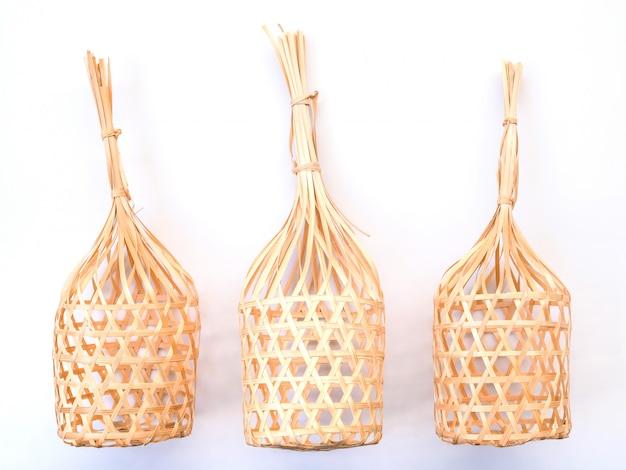 Ofício de vime da cesta de bambu redonda de tailândia isolado no fundo branco.