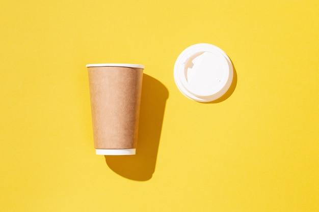 Ofício em branco aberto tira um copo de papel grande para café ou bebidas, modelo de embalagem simulado.