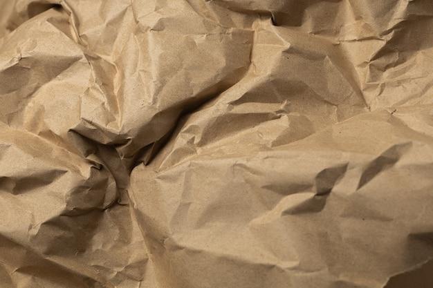 Ofício marrom envolvendo fundo de papel amassado