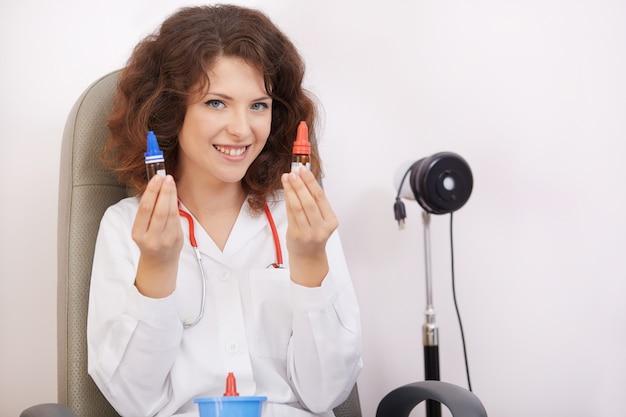 Oftalmologista feminino trabalhando
