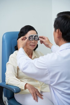 Oftalmologista testando a visão