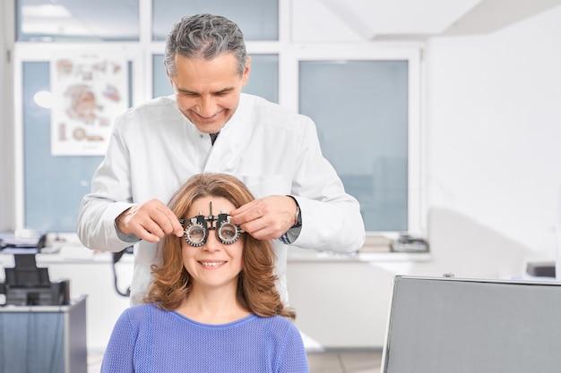 Oftalmologista usando óculos de teste para verificação da visão.