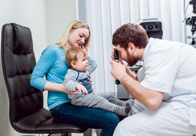 Oftalmoscopia direta. exame da retina. fundoscopia. teste de visão infantil.