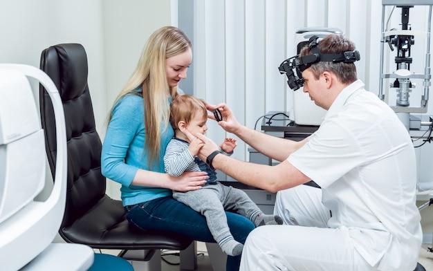 Oftalmoscópio indireto. exame da retina. fundoscopia. teste de visão infantil.