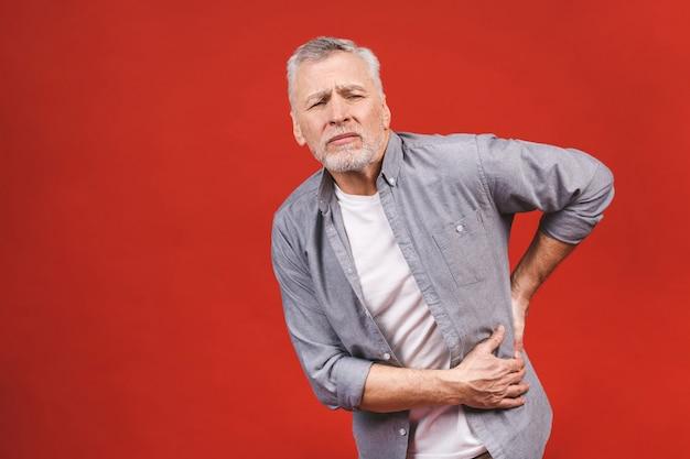 Oh, eu preciso de uma massagem! retrato de um homem envelhecido sênior que tem uma dor nas costas.