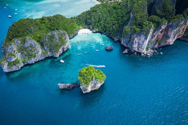 Oi barco de temporada e turistas na ilha de phiphi krabi tailândia vista aérea do zangão