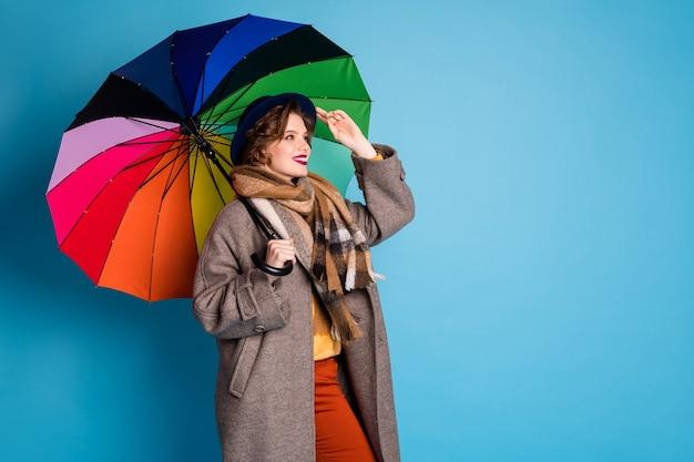 Oi! retrato do perfil da senhora bonita viajante segurar guarda-sol colorido andando rua encontrar velho amigo usar elegante casual longo cinza casaco calças jumper calças cachecol chapéu.