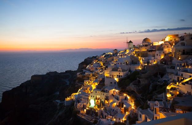 Oia aldeia à noite na ilha de santorini