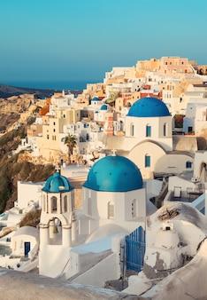 Oia aldeia na ilha de santorini, grécia, de manhã cedo