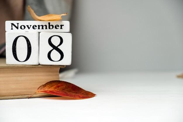 Oitavo dia do calendário do mês de outono de novembro com espaço de cópia.