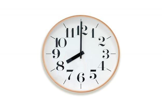Oito horas. relógio com aro de madeira no fundo branco