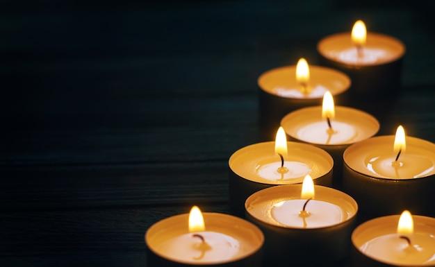 Oito velas acesas no escuro copyspace